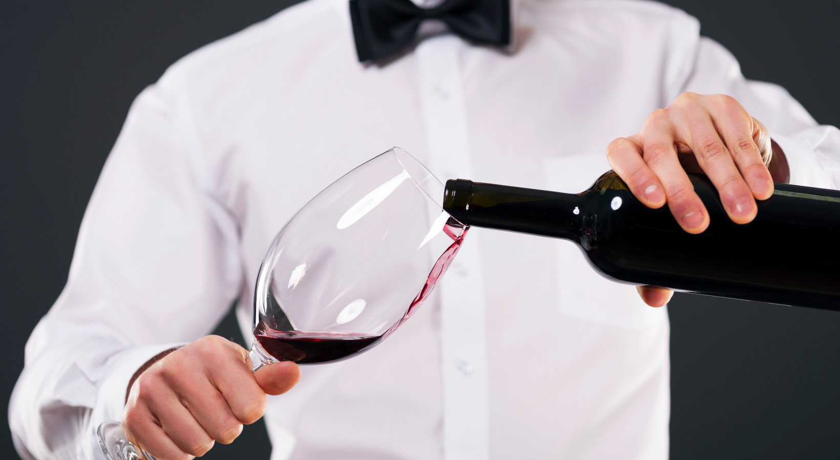 How to pour wine